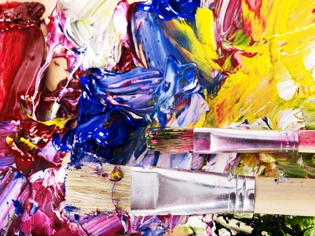 spatters: Primo piano di pittura ad olio miscelato sulla tavolozza.