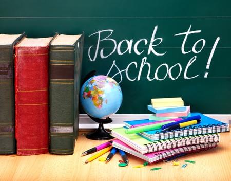 convivencia escolar: Libros y pizarra. Útiles escolares .. Volver a la escuela. Foto de archivo