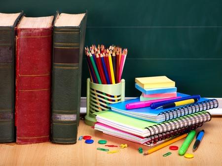 utiles escolares: Libros y pizarra. Material escolar... Regreso a la escuela. Foto de archivo