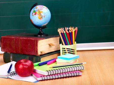 fournitures scolaires: Livres et tableau noir. Fournitures scolaires .. Retour � l'�cole. Banque d'images
