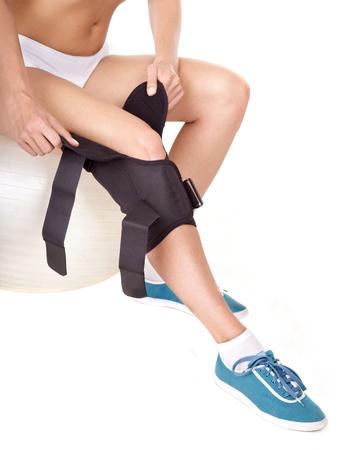 splint: Mujer con llave de rodilla. Aislado. Foto de archivo