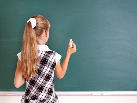 ni�os escribiendo: Escolar feliz escribiendo en la pizarra.