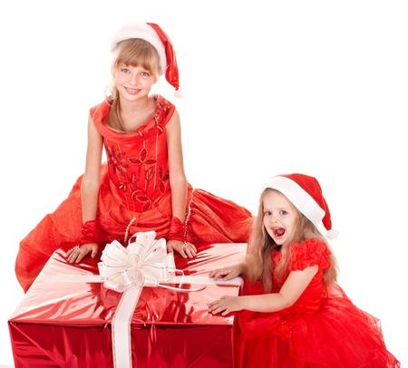 cappello natale: Bambina nel cappello di Natale con confezione regalo. Isolato. Archivio Fotografico