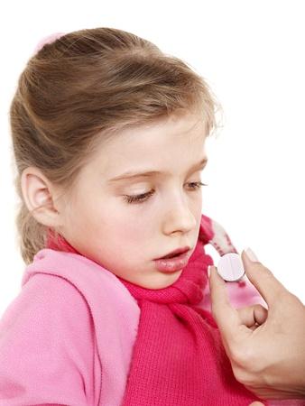 tomar medicina: Ni�o enfermo tomar la medicina con el m�dico. Aislado.