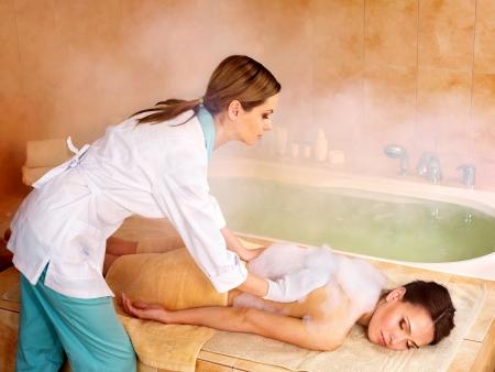 femme baignoire: Jeune femme dans un hammam ou bain turc. Banque d'images