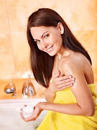 화장품: 젊은 여성이 걸릴 거품 목욕.