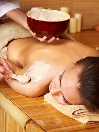 tratamientos corporales: Hermosa chica con m�scara de barro del cuerpo aplicar por esteticista.