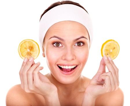 tratamiento facial: Frutas naturales hechos en casa mascarillas faciales. Aislados.