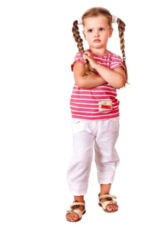 Bambino imbronciato con le braccia incrociate isolato su bianco.