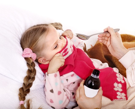 tomar medicina: Ni�os enfermos se niegan a tomar la medicina. Aislados.