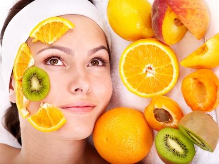 tratamiento facial: M�scaras faciales naturales de frutas caseras. Aislado. Foto de archivo