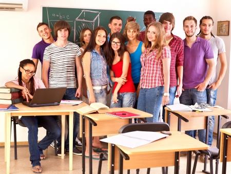 classroom teacher: Studente di gruppo in Aula, nei pressi di lavagna.