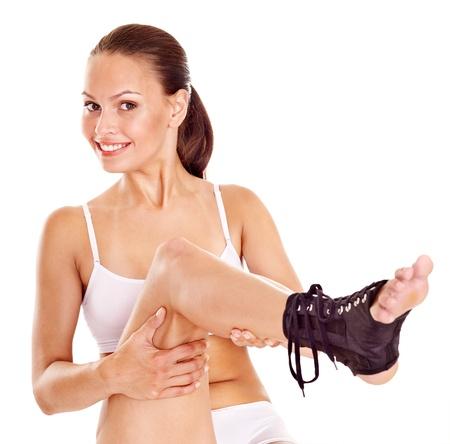 splint: Mujer con tobillera. Aislados.