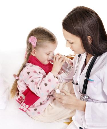 tomar medicina: Ni�o enfermo tomar medicamentos con el m�dico. Aislados. Foto de archivo