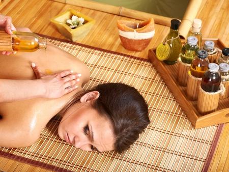masajes relajacion: Joven mujer recibiendo masajes en el spa de bambú.
