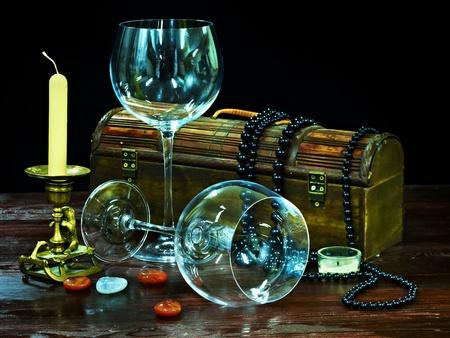 luz de velas: Dos vaso de vino y una vela en la oscuridad Foto de archivo