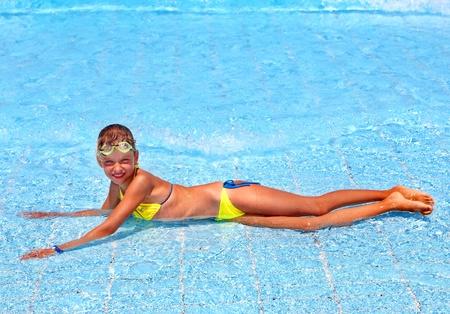 enfant maillot: Enfant dans la piscine. Sport nautique. Banque d'images