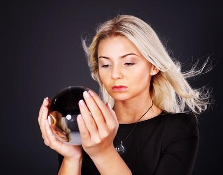 bola de cristal: Hermosa joven con bola de cristal. Foto de archivo