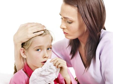 ragazza malata: Malato bambina con la madre. Isolato.