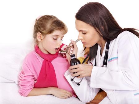 krankes kind: Krankes Kind zu nehmen Medizin mit Arzt. Isoliert.