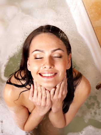 mujer ba�andose: Mujer joven tomar un ba�o de burbujas. Foto de archivo