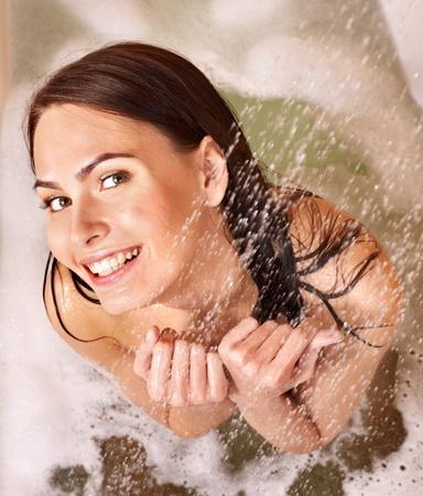 Mujer joven tomar un baño de burbujas.