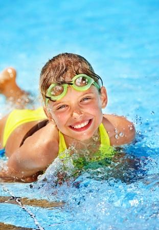 meisje zwemmen: Klein meisje in het zwembad. Zomer buiten.