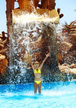 tobogan agua: Ni�o en tobog�n en el parque acu�tico. Vacaciones de verano.