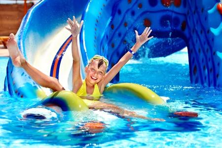 rutsche: Kind auf Wasserrutsche im Aquapark. Sommerurlaub.