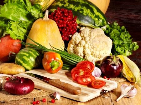 cocineras: Las verduras frescas en los tablones de madera.
