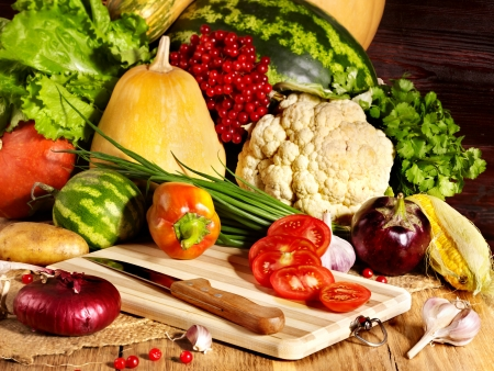 vegetable cook: Verdure fresche su assi di legno.