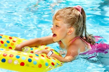 schwimmring: Kind sitzt auf aufblasbaren Ring in Schwimmbecken. Lizenzfreie Bilder