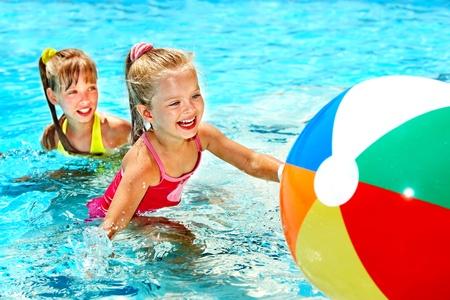 meisje zwemmen: Klein meisje zwemmen in het zwembad.