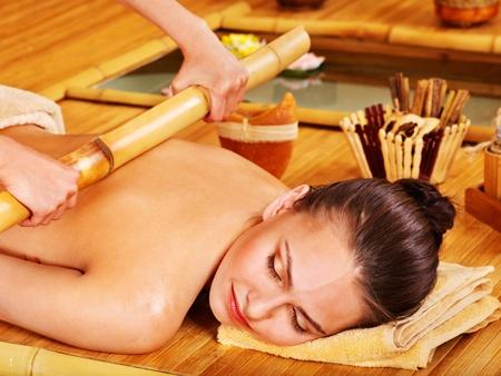 massage: Jeune femme se massage au bambou. Banque d'images