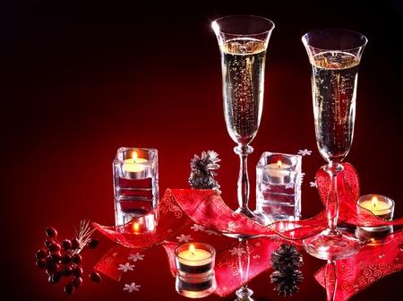 diner aux chandelles: Deux verres de vin et de la bougie sur sombre