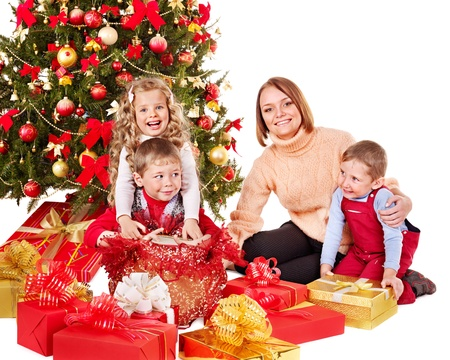 Los niños con caja de regalo cerca del árbol de Navidad. Aislado.