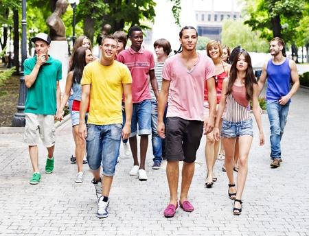 personas en la calle: Multi�tnico grupo de personas al aire libre.