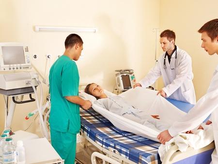 paciente en camilla: Paciente enfermo en camilla en la sala de operaciones.