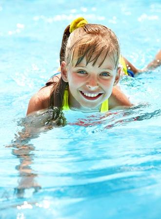swim goggles: Ni�a en la piscina. Verano al aire libre.