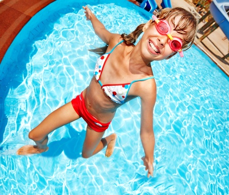 meisje zwemmen: Meisje zwemmen in het zwembad.