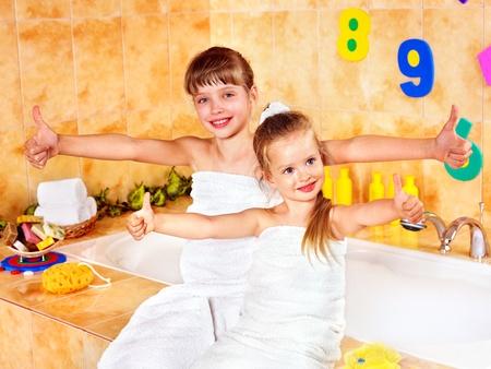 schaumbad: Kind Waschen im Sprudelbad. Lizenzfreie Bilder