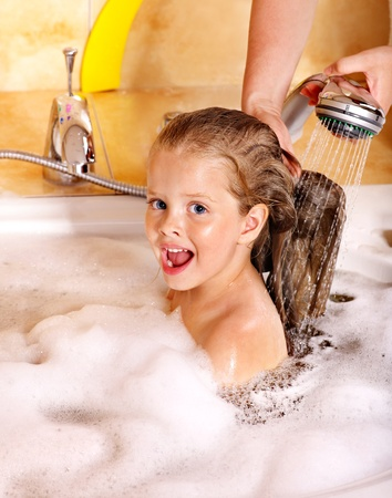 schaumbad: Child Haare waschen im Sprudelbad. Lizenzfreie Bilder