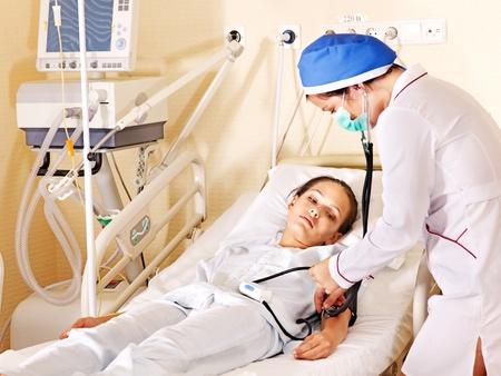 operante: Medico cura paziente con stetoscopio. Medicina.