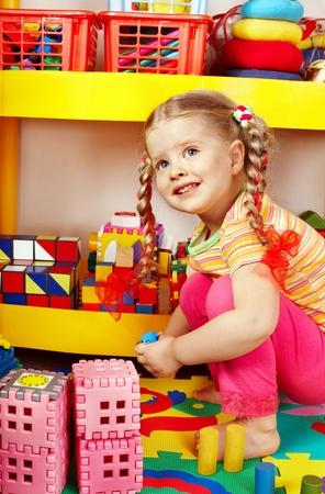 nursery education: Ni�o en edad preescolar Ni�os jugando con bloques de construcci�n.