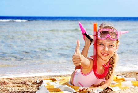 klein meisje op strand: Meisje spelen op het strand. Stockfoto
