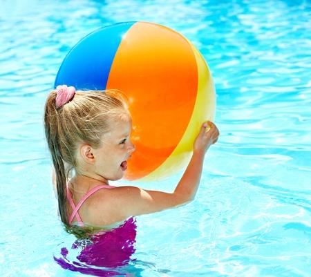 游泳在水池的小女孩。