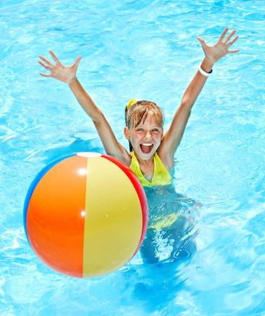 pool bola: Ni�a de nataci�n en la piscina. Foto de archivo