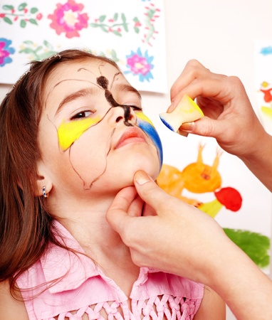 body paint: Ni�o con pintura de la cara. Maquillaje.