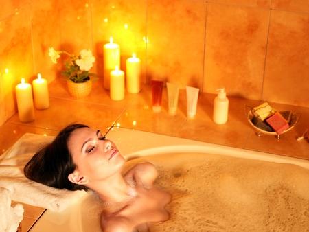 femme baignoire: Jeune femme de prendre un bain � bulles.