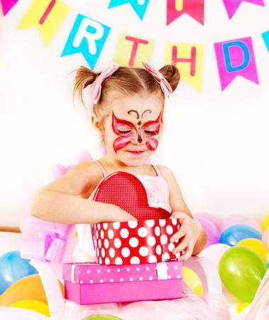 caritas pintadas: Ni�o fiesta de cumplea�os feliz. Foto de archivo